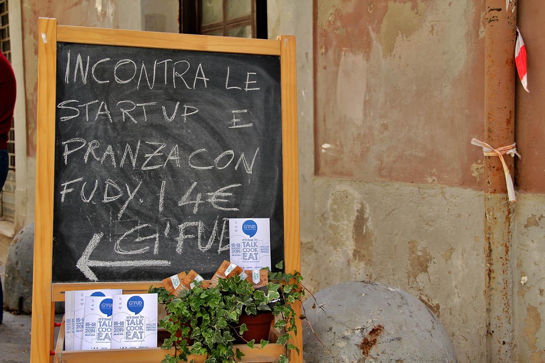 Lavagna che promuove l'evento Startup al G'FUD